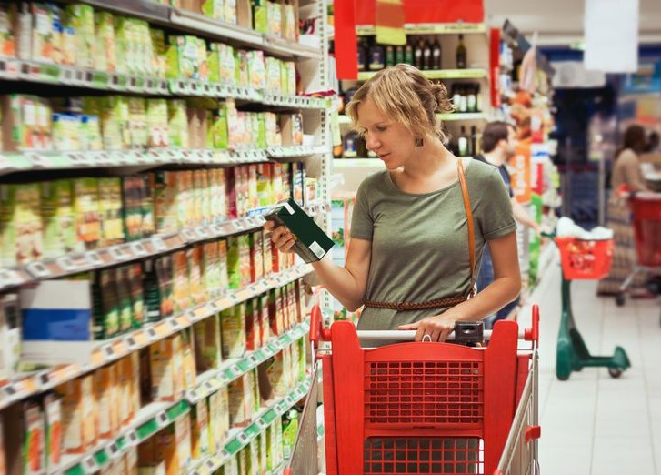Дівчина в супермаркеті