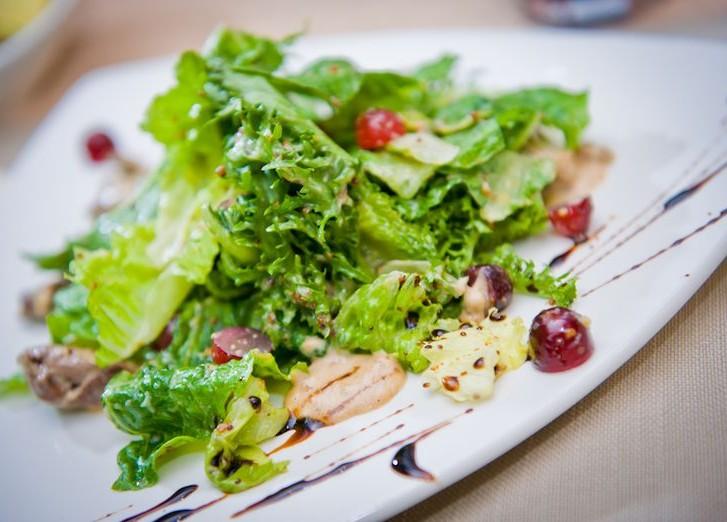 Салат с куриной печенью и виноградом рецепт с