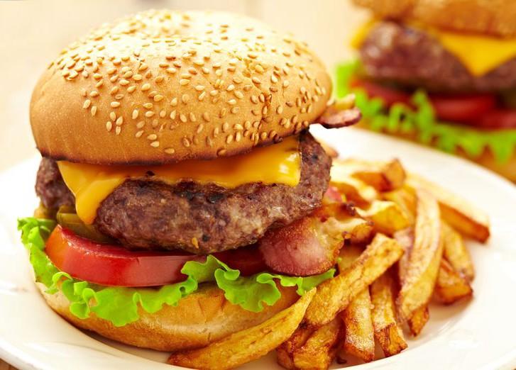 гамбургер и картошка фри фото